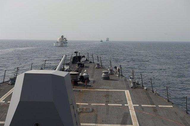 La cubierta del 'USNS Invincible' a su paso por el estrecho de Ormuz