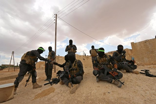 Efectivos de las Fuerzas de Defensa Sirias (SDF) en la ofensiva por Manbij