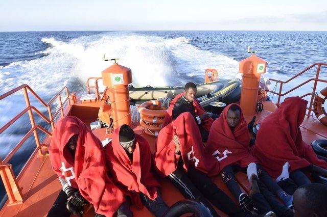 Rescate de subsaharianos cerca de la costa de Tarifa (Cádiz)