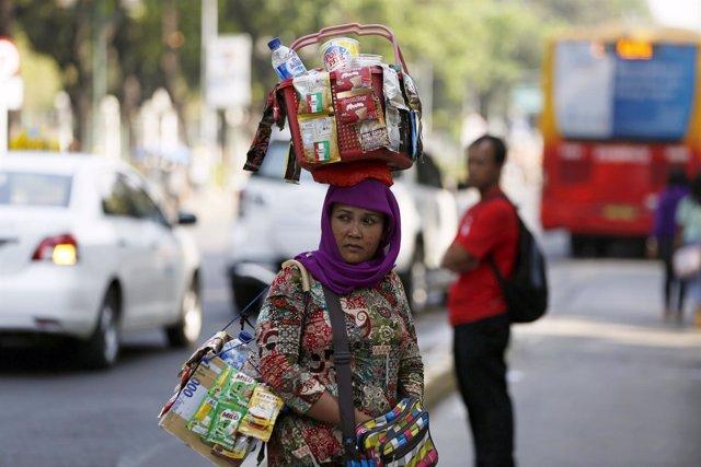 Una mujer vende bebidas en Yakarta