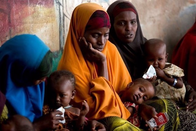 Madres con niños desnutridos en Baidoa