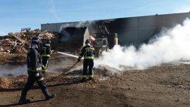 Bomberos de León sofocan un incendio en una fábrica de maderas en Santas Martas