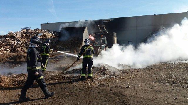 León: Los bomberos sofocan el incendio de la fábrica de maderas