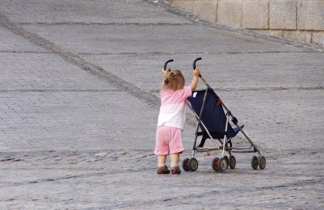 Una niña juega en la calle