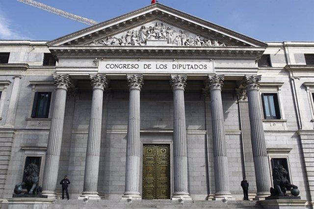 Puerta principal del Congreso de los Diputados con los leones