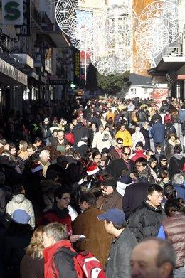 Gente caminando por la zona de preciados (Madrid)