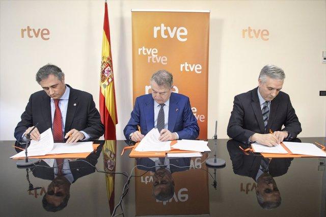 Firma del convenio entre RTVE y los alcaldes de Cuenca y Rioseco.