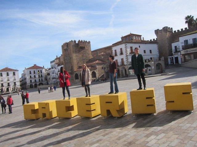 La plaza mayor de c ceres ya luce el nombre de la ciudad for Oficina de turismo caceres
