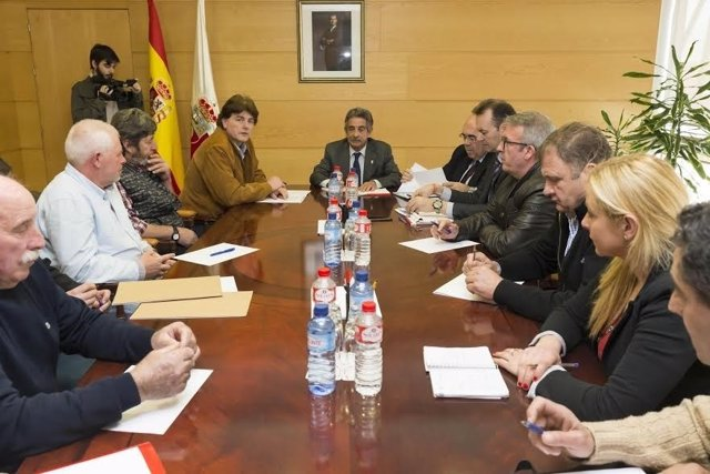 Revilla recibe a representantes de los ganaderos en el Gobierno