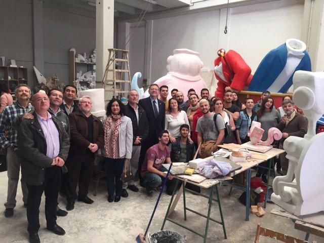 Ximo Puig durante su visita al taller de FP Artista Fallero