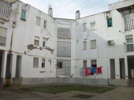 Licitadas las primeras obras para mejorar las 156 viviendas de la barriada Las Viñas en Lora del Río (Sevilla)