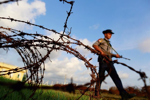 Un Polícía birmano patrulla la frontera del estado de Rajine con Bangladesh