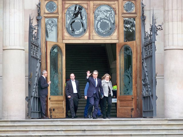 Artur Mas y su esposa Helena Rakosnik tras el último día de juicio del 9N