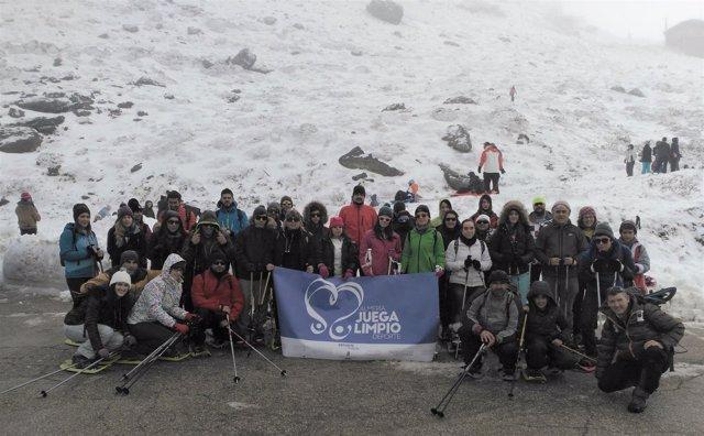 La Diputación organiza una jornada de deportes de invierno en Sierra Nevada.