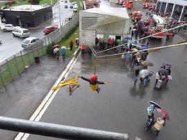 Los Bomberos de Bilbao celebran su patrono con un carrusel de vehículos y el homenaje a los bomberos jubilados