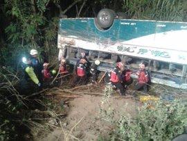 Once muertos y 25 heridos tras caer un autobús por un precipicio al norte de Quito (Ecuador)