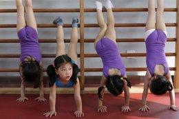 Niñas haciendo gimnasia en China