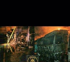 Un incendio calcina ocho camiones y un autobús en el polígono de Gamonal