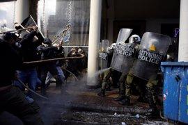Enfrentamientos entre agricultores y policías durante una protesta en Atenas