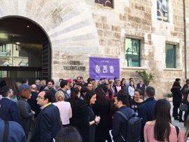 Los diputados se concentran ante las Corts Valencianes para reclamar la igualdad en el Día Internacional de la Mujer