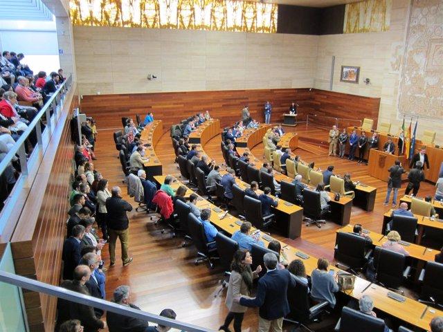 Alcaldes extremeños en el hemiciclo de la Asamblea