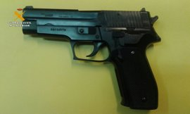 La Guardia Civil interviene una pistola simulada oculta en un vehículo