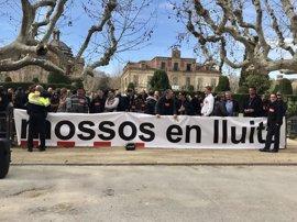 Mossos protestan en el Parlament por temas laborales y advierten que siempre cumplirán la ley