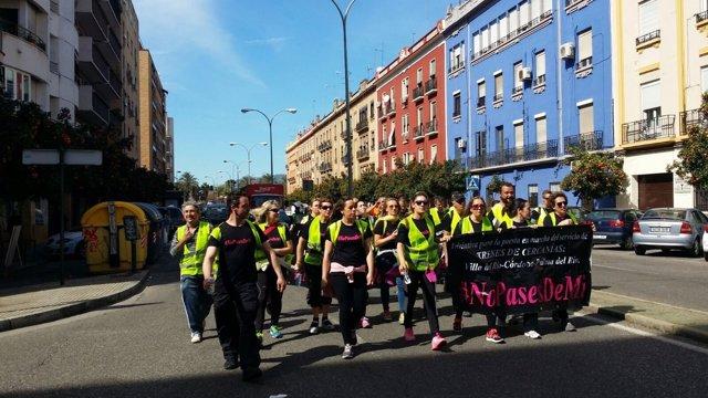 Los participantes en la marcha de '#Nopasesdemí' a su llegada a Córdoba