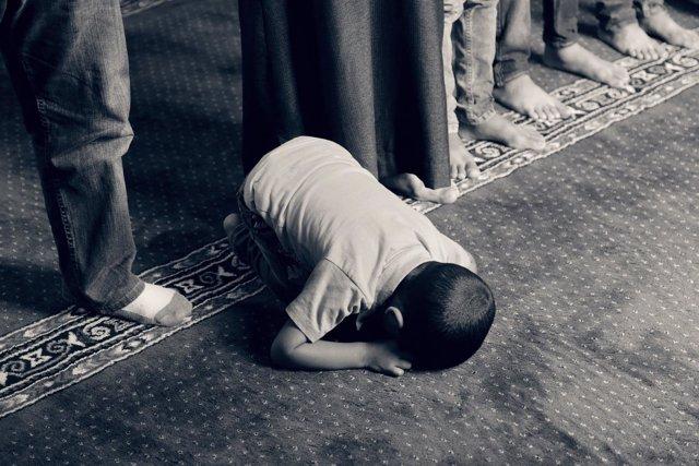 Niño musulmán rezando, oración