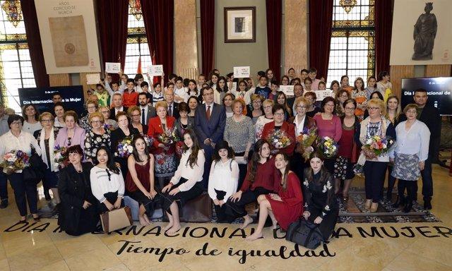 Homenaje a mujeres del deporte y mayores