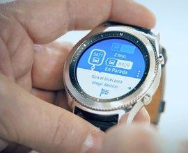Samsung y EMT renuevan la app para los relojes inteligentes que permite saber cuándo llegarán los buses