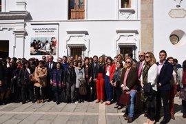 """Un centenar de personas se concentra a las puertas de la Asamblea de Extremadura en apoyo al """"Día sin Mujeres"""""""