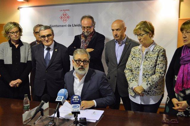 Felix Larrosa, sentado, con Àngel Ros y el resto de concejales del PSC