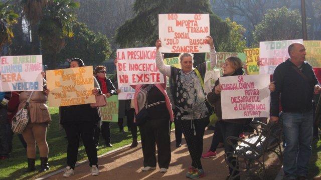 Concentración de vecinos en apoyo a representantes de la Fundación Guadalquivir