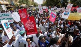 El principal sindicato de médicos en Kenia seguirá con la huelga a pesar de las órdenes del Gobierno