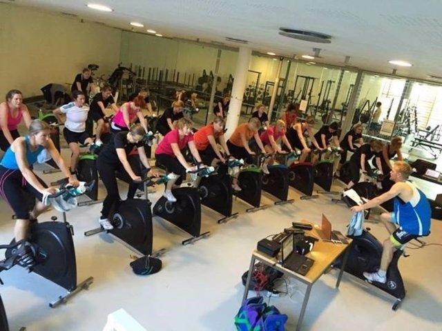 Mujeres entrenando en bicicleta