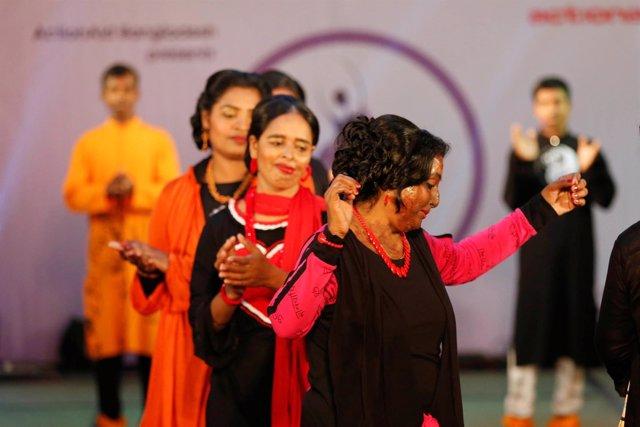 Desfile benéfico de moda con supervivientes de ataques de ácido en Bangladesh