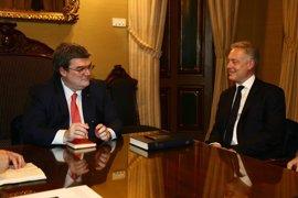 El alcalde de Bilbao recibe el embajador del Reino Unido en España, Simon Manley