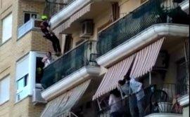 Los bomberos reducen a una mujer que amenazaba con lanzarse desde un balcón con sus dos hijos en Canals