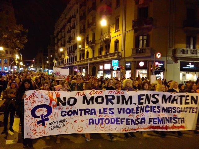 Miles de mujeres marchan en Barcelona para reclamar la igualdad