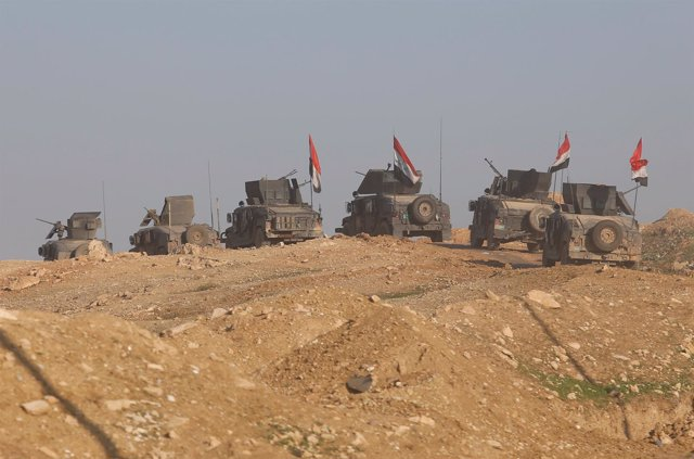 Iraqis forces advance as they battle with Islamic State militants, in western Mo