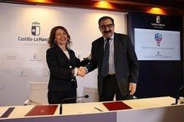 Sánchez y Fernández tras la firma del convenio