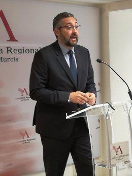 El portavoz del grupo parlamentario Popular, Víctor Martínez, en rueda ASAMBLEA