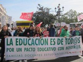 Cientos de personas secundan en Santander la concentración de la huelga educativa