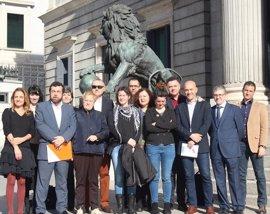 PSOE, Podemos y C's apoyan frente al Congreso a la guardia civil expedientada por la polémica del chaleco antibalas
