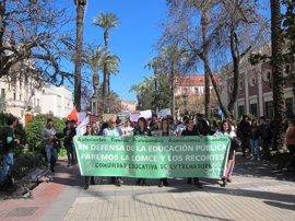 Varios centenares de estudiantes protestan en Badajoz contra la LOMCE
