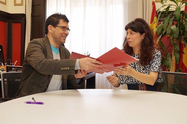 Los concejales Alberto Bustos y Ana Redondo firman el convenio