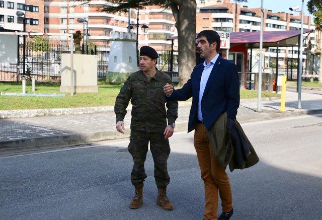 El coronel José Antonio Albentosa y el alcalde donostiarra Eneko Goia