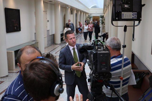 El portavoz del PNV en el Senado, Jokin Bildarratz,en los pasillos de la Cámara