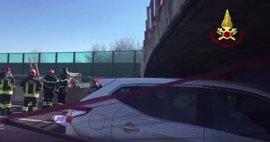 Dos muertos y dos heridos por el derrumbe de un puente sobre una autopista en Italia